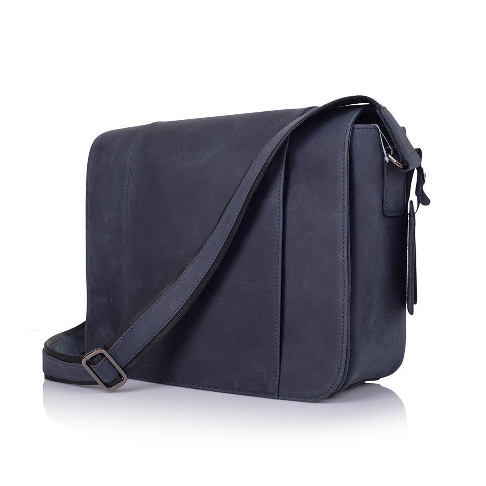 21f7d6bdb231 При том, сумок разных - от классических сумок и сумок для ноутбуков, до  рюказков из комбинации канвас и лошадиной кожи и клатчей.